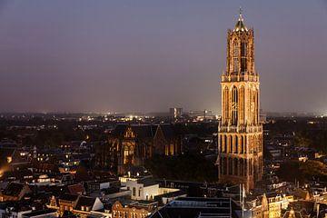 De Dom van Utrecht bij het vallen van de avond gezien vanaf de Neude flat..