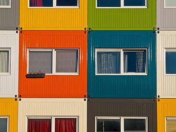 Abstracte afbeelding van gekleurde zeecontainers die worden gebruikt als studentenkamers van Rudmer Zwerver