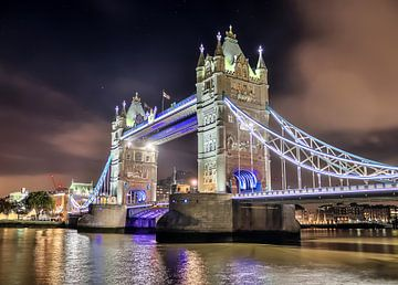 Tower Bridge in Londen bij nacht met sterren van MPfoto71