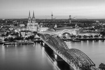 Uitzicht over Keulen in de avond zwart op wit van Michael Valjak