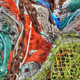 Afgedankte visnetten op de viskade van W J Kok