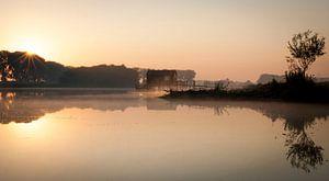 Sprookjesachtige zonsopkomst met mist