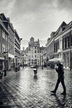 Straatfotografie in Utrecht. Met de paraplu door de bij de Domstraat in Utrecht. (Utrecht2019@40mm n van De Utrechtse Grachten
