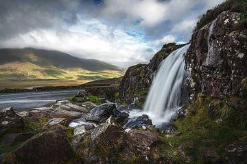 Waterval bij Conor Pass van Markus Stauffer