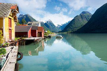 Farbige Häuser an einem Fjord in Norwegen von iPics Photography