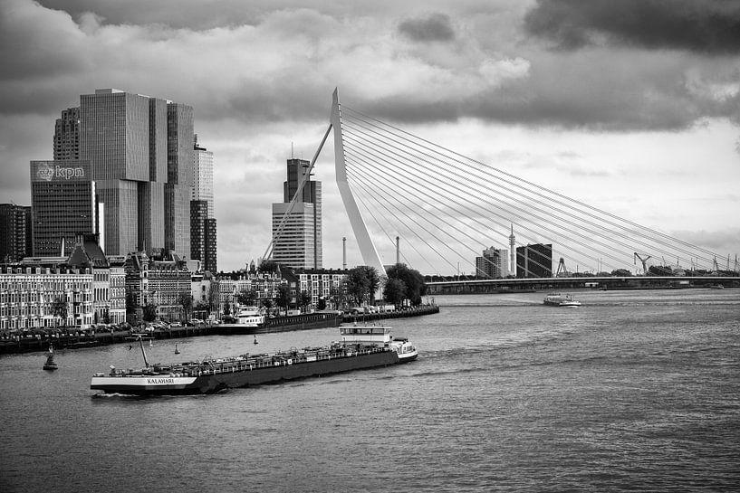 Erasmusbrug en Noordereiland in Rotterdam (zwart-wit foto) van Mark De Rooij