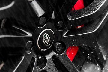Range Rover velg in de regen van Maikel van Willegen Photography