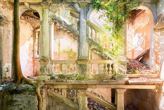 Treppenhausruine in einer verlassenen Villa.