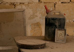 jerrycan maria childerij en dienblad in oud stilleven