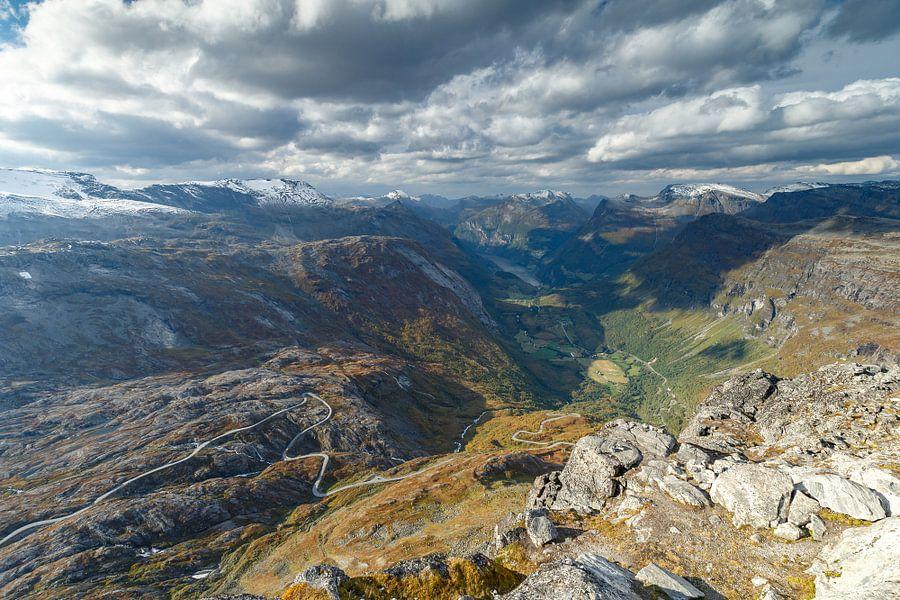 Uitzicht op Geiranger en Geirangerfjord van Menno Schaefer
