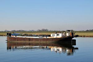 altes, verlassenes, rostiges Frachtschiff, das im Wasser vor Anker liegt