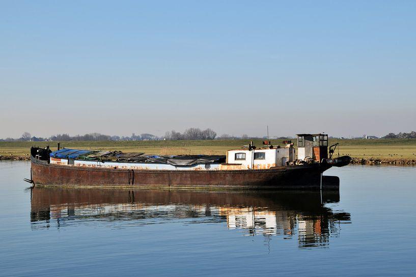 altes, verlassenes, rostiges Frachtschiff, das im Wasser vor Anker liegt von Robin Verhoef