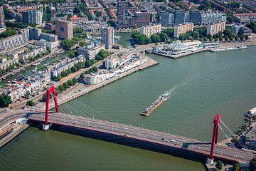 Rotterdam vanuit de lucht, met zijn prachtige historische Willemsbrug. van ByOnkruud