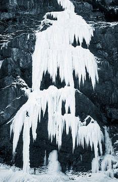 Eisklettern am gefrorenen Wasserfall von