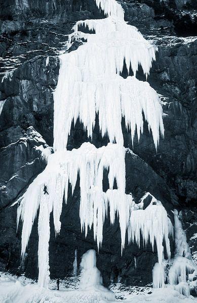 Ijsklimmen op bevroren waterval van Menno Boermans