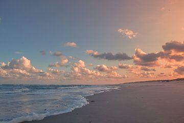 Opkomende herfstzon op het strand