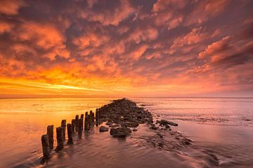 Zonsondergang boven de Waddenzee bij eb van Bas Meelker
