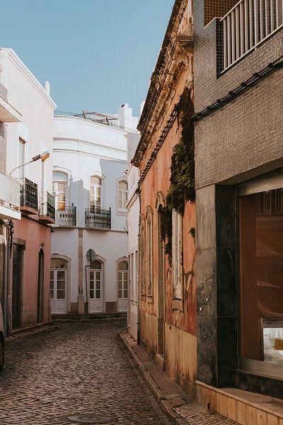 De straten van Olhão, Algarve Portugal van Manon Visser