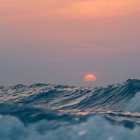 Zonsondergang boven de hoge golven van de Noordzee van Alex Hamstra