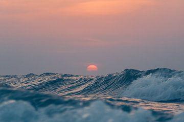 Sonnenuntergang über den hohen Wellen der Nordsee von Alex Hamstra