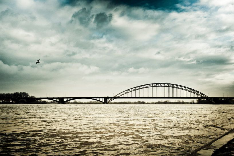 Donkere wolken boven Nijmegen van Bas Stijntjes