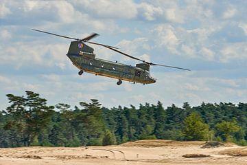 Chinook transporthelikopter boven zandverstuiving van Jenco van Zalk
