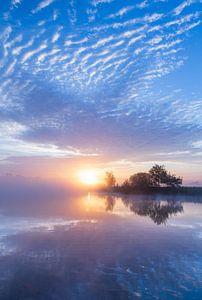 Mistige zonsopkomst in Zeeuws-Vlaanderen van Paul Begijn