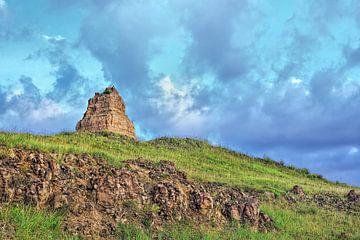 Oud graf op een heuvel tegen een blauwe hemel, Inner Monglia, China van Tony Vingerhoets