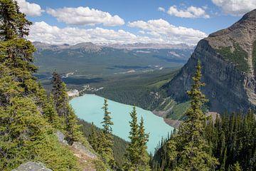 Lake Louise vanuit de bergen van