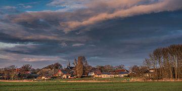 Zicht op Warns in ZuidWest Friesland in avondkleuren van Harrie Muis
