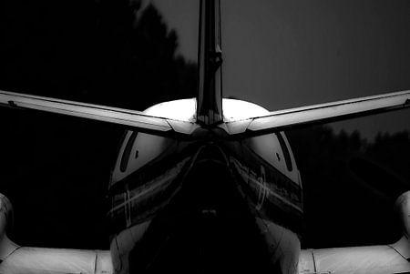 Vliegtuig staart in hetmonochroom