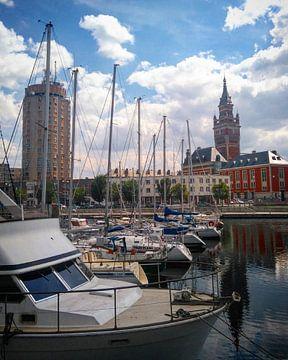 Dunkerque-Hafen des Bassin du Commerce (Jachthafen) mit Glockenturm im Hintergrund. von Deborah Blanc
