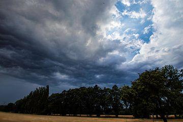 Achter de wolken schijnt de zon. van henry hummel