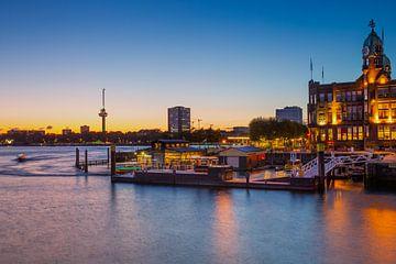 Hotel NewYork in Rotterdam in de avond van Petra Brouwer
