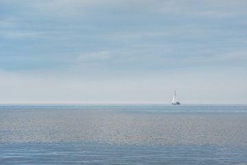 Zeilbootje op 't IJsselmeer nabij Hindeloopen van