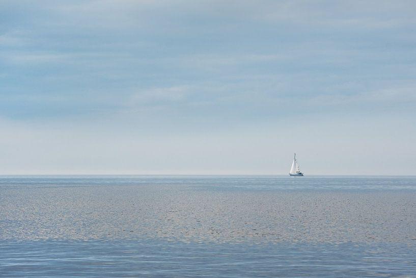 Zeilbootje op 't IJsselmeer nabij Hindeloopen van Harrie Muis