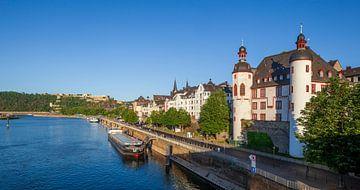 Forteresse Ehrenbreitstein et Peter-Altmeier-Bank à la Moselle avec la vieille ville dans la lumière
