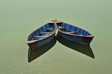 Boten op het gouden water. Boten zijn vastgebonden aan de pijlers van het kalme water. van Michael Semenov
