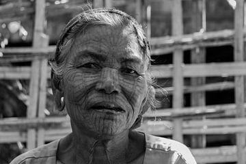 Getatoeëerde Chin vrouw, bij Mrauk U, Myanmar van Annemarie Arensen