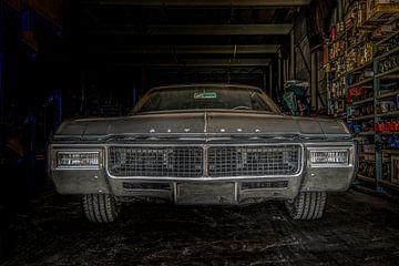 Oldtimer uit 1969 Buick Riviera geparkeerd in een bedrijfsgarage  van R Alleman