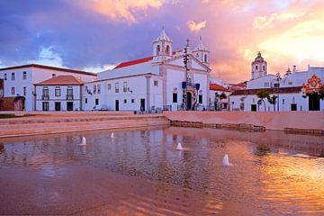 St. Maria kerk in Lagos Portugal bij zonsondergang van