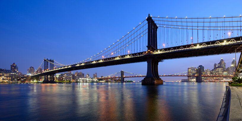 Manhattan Bridge over East River in New York in de avond van Merijn van der Vliet
