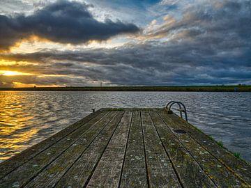 Ein Steg auf dem Wasser von Martijn Tilroe