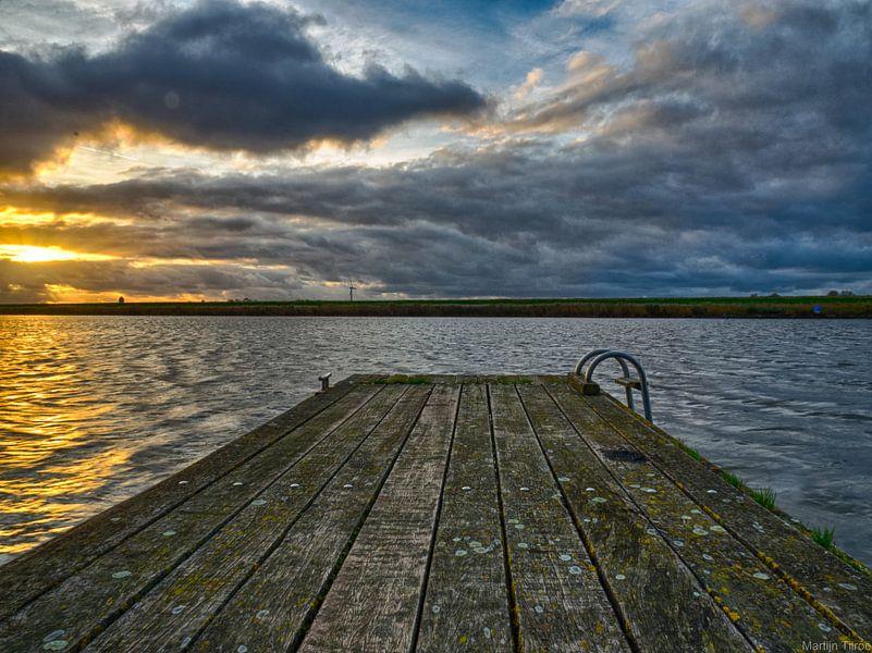 Een steiger aan het water van Martijn Tilroe