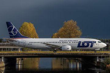 Bijna aangekomen! Een Boeing 737-400 van de Poolse Luchtvaartmaatschappij LOT is zojuist geland op d van Jaap van den Berg