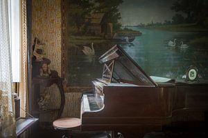 Klavier im Wohnzimmer voller Antiquitäten