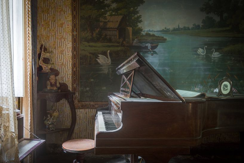 Klavier im Wohnzimmer voller Antiquitäten von Perry Wiertz