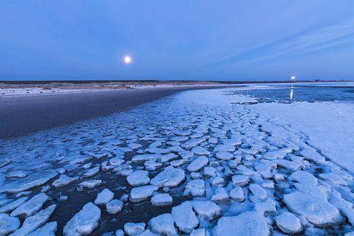 Lichten boven het ijs van de Waddenzee van