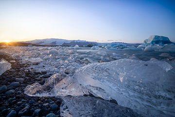 Ijsschotsenmeer Jökulsárlón in Ijsland van Raymond Rollema