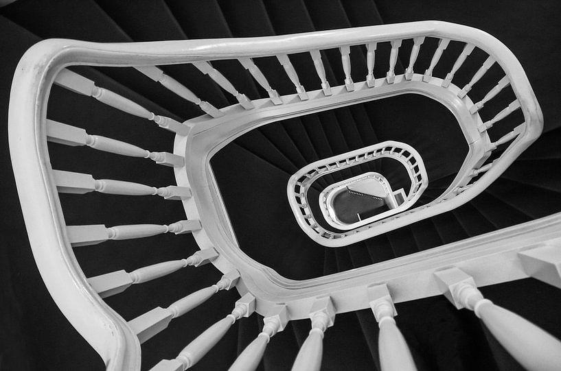 Spiraaltrap in zwart wit van Renate Oskam